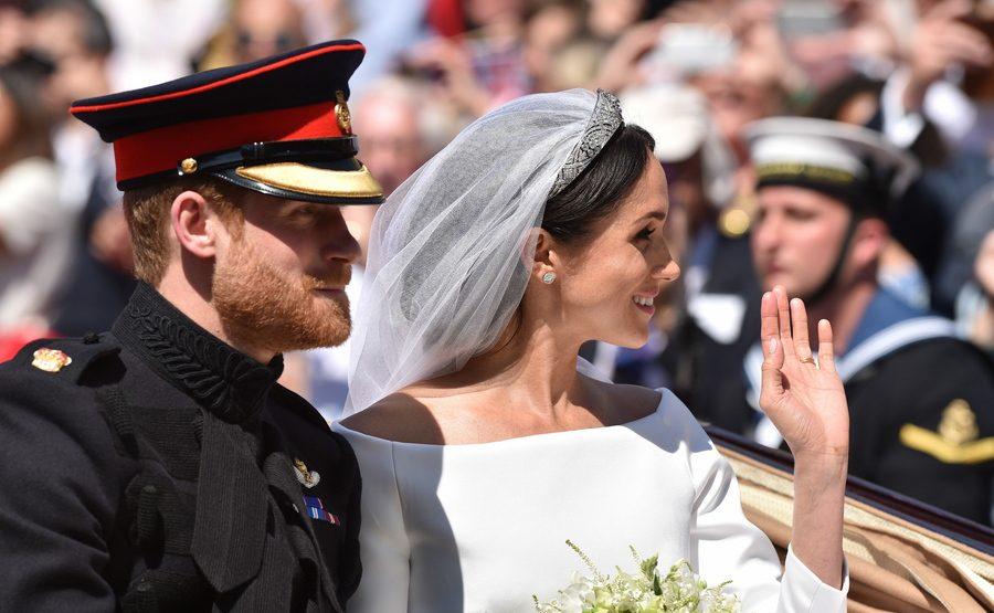 Το ζευγάρι αναχωρεί από την εκκλησία με άμαξα. Η νύφη, δούκισσα του Σάσεξ, πλέον χαιρετά το πλήθος.