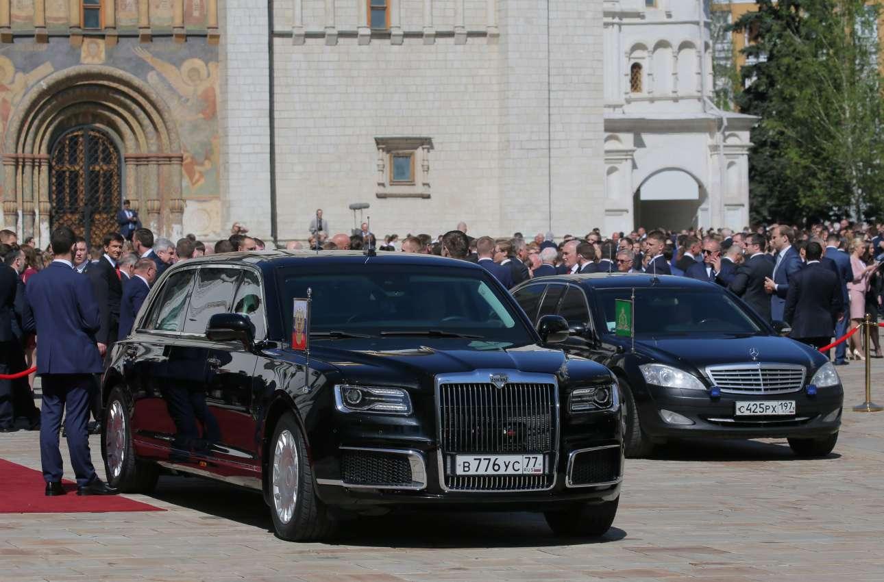 Η νέα ρωσική λιμουζίνα έχει ήδη βάλει στο φόντο τη Mercedes (Sputnik/Sergei Guneev/Pool via REUTERS)