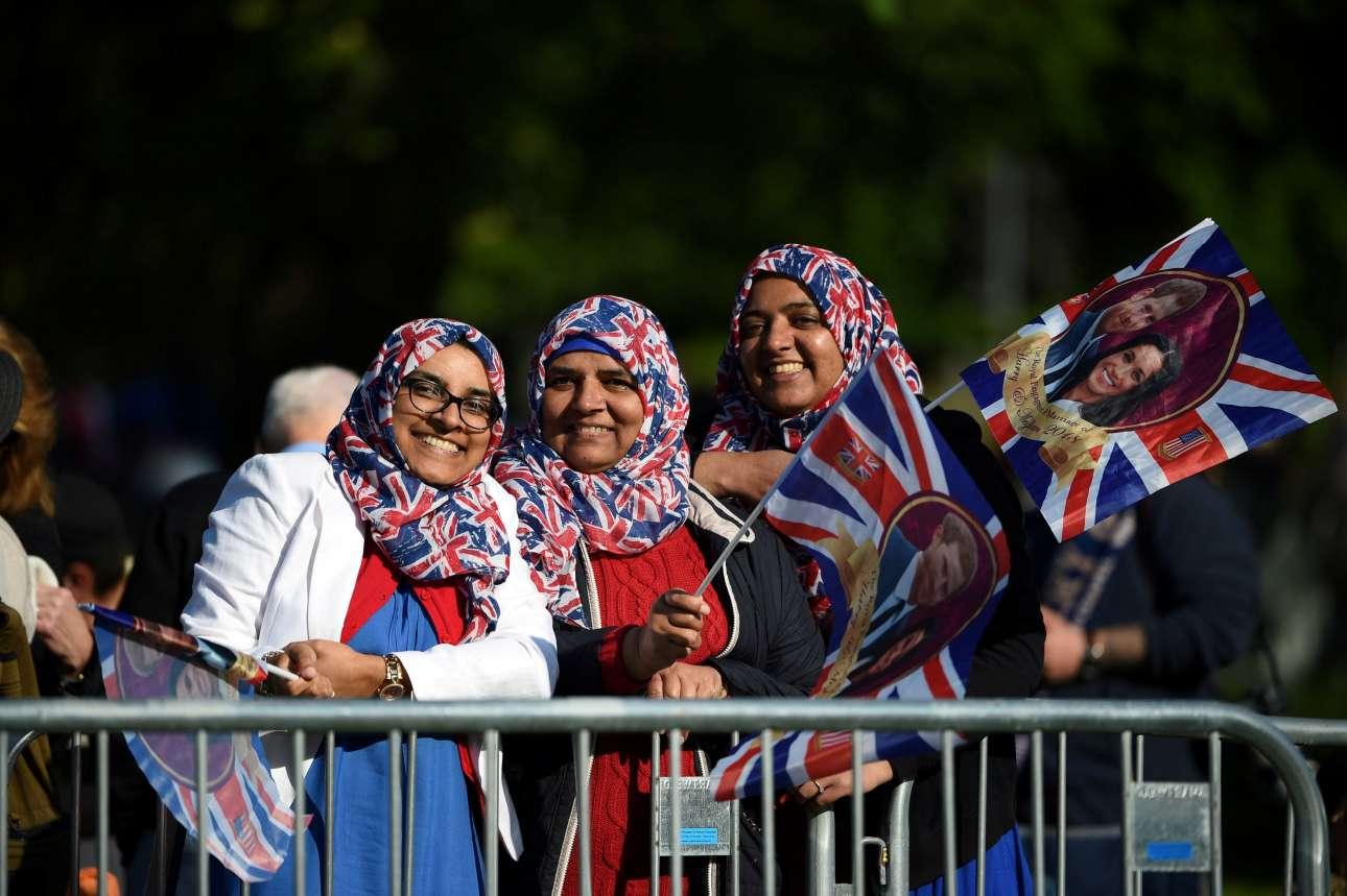 Χαρούμενες γυναίκες με σημαίες του ζευγαριού