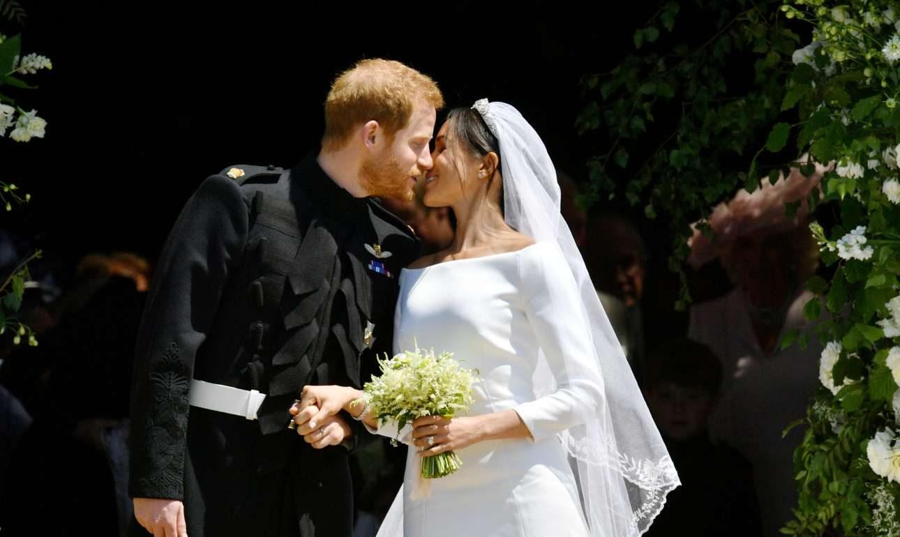 Το πρώτο φιλί στα σκαλιά της εκκλησίας
