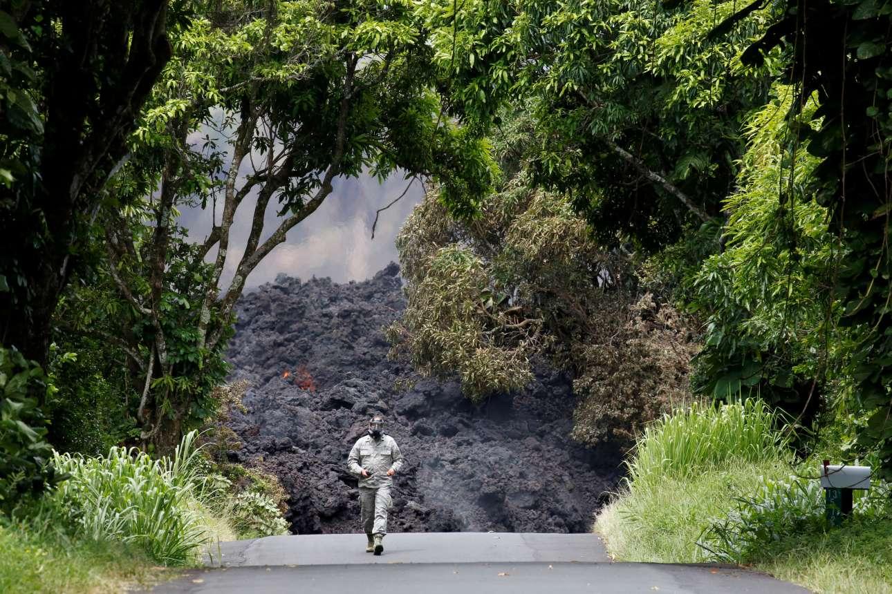 Δευτέρα, 21 Μαϊου, Χαβάη-ΗΠΑ. Μέλος της Εθνοφρουράς της Χαβάης πραγματοποιεί μετρήσεις στο ποτάμι λάβας που ξεχύνεται για τρίτη εβδομάδα από το ηφαίστειο Κιλαουέα. Η ηφαιστειακή τέφρα έχει καταπιεί αυτοκινητόδρομο στην περιοχή Παχόα