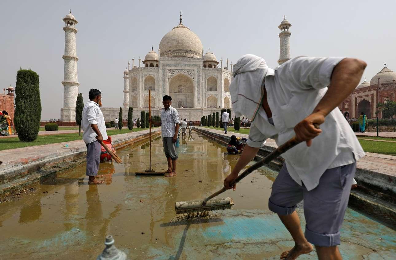 Τρίτη, 22 Μαΐου, Ινδία. Μια βρώμικη δουλειά, αλλά κάποιος πρέπει να την κάνει: ο καθαρισμός των περίφημων σιντριβανιών του θρυλικού Ταζ Μαχάλ