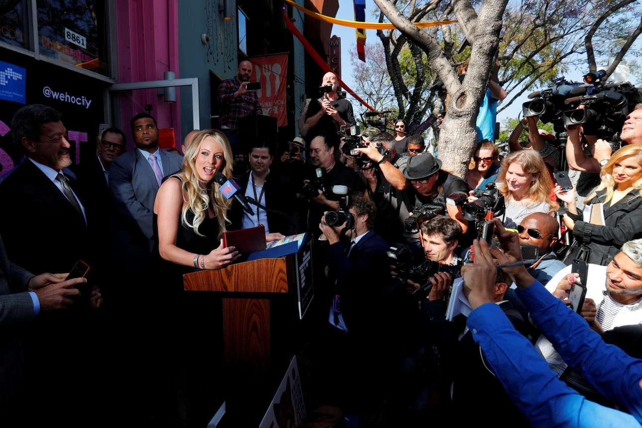 Πέμπτη, 24 Μαΐου, ΗΠΑ. H πρώην πορνοστάρ Στόρμι Ντάνιελς -διάσημη πλέον για τη σχέση της με τον Ντόναλντ Τραμπ- μιλά σε δημοσιογράφους σε εκδήλωση προς τιμήν της στο Δυτικό Χόλιγουντ. Μάλιστα, ο δήμαρχος της πόλης και το δημοτικό συμβούλιο διοργάνωσαν μεγάλη γιορτή στο κατάστημα ερωτικών ειδών Chi Chi LaRue's, ονομάζοντας την ημέρα «Ημέρα της Στόρμι Ντάνιελς»