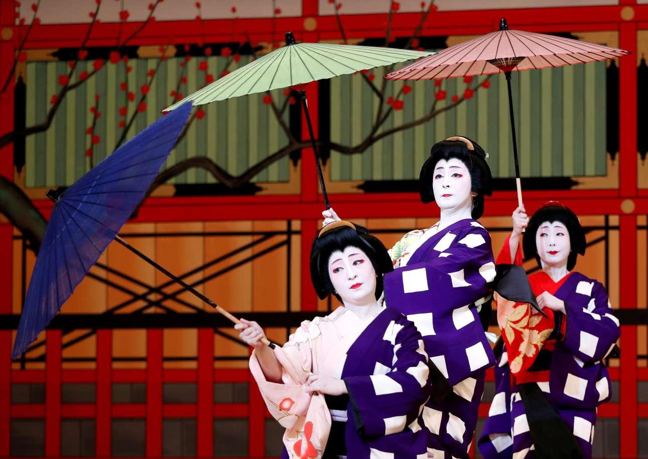 Τετάρτη, 23 Μαΐου, Ιαπωνία. Γυναίκες ντυμένες με την παραδοσιακή στολή της γκέισας σε ένα χορευτικό κατά την παρουσίαση στα ΜΜΕ του προγράμματος του φεστιβάλ χορού Azuma Odori που φιλοξενείται στο θέατρο Shinbashi Enbujo στο Τόκιο