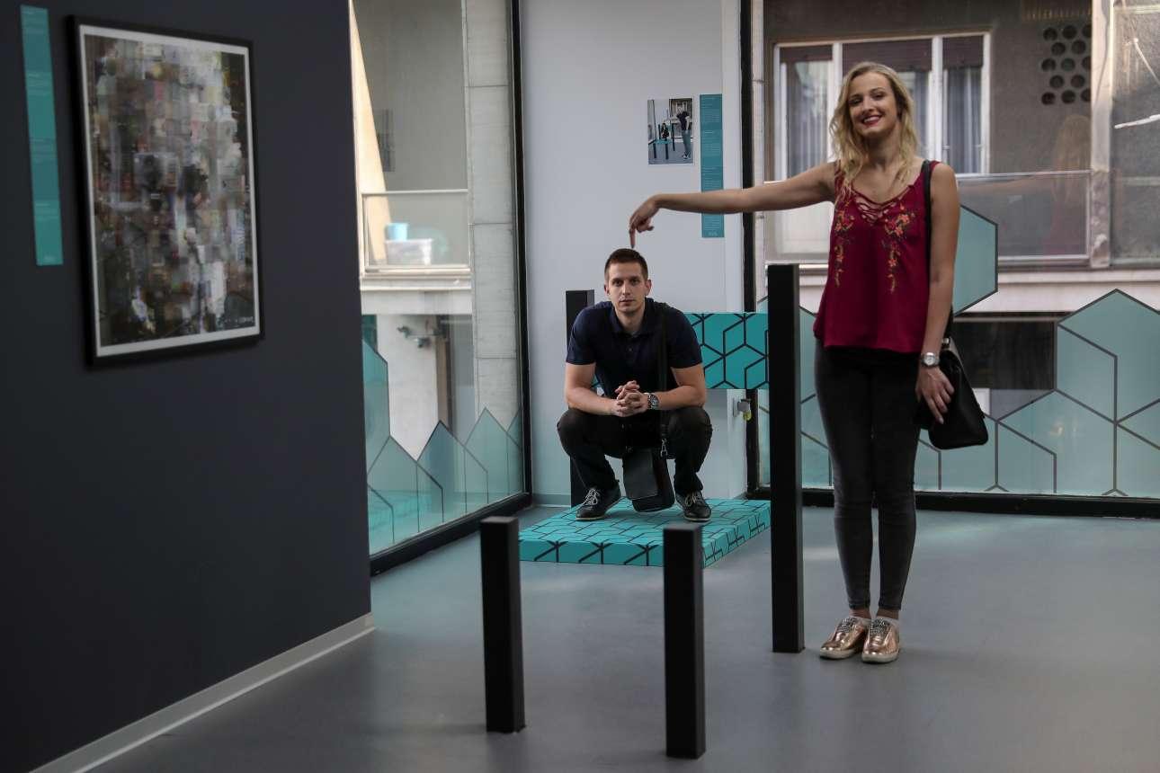 Παρασκευή, 25 Μαϊου, Σερβία. Επισκέπτες απολαμβάνουν μία ξενάγηση στο Μουσείο Ψευδαισθήσεων (Museum of Illusions) το οποίο εγκαινιάστηκε στο Βελιγράδι