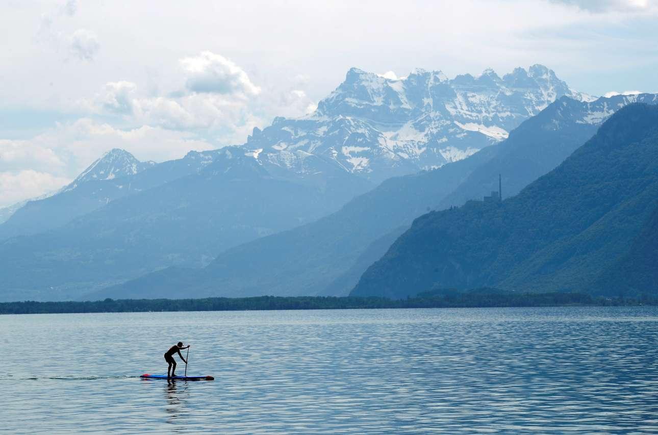 Σάββατο, 26 Μαΐου, Ελβετία. Eνας άνδρας κάνει κωπηλασία στη λίμνη Λεμάν μπροστά από το βουνό Dents-du-Midi στο Βεβέ