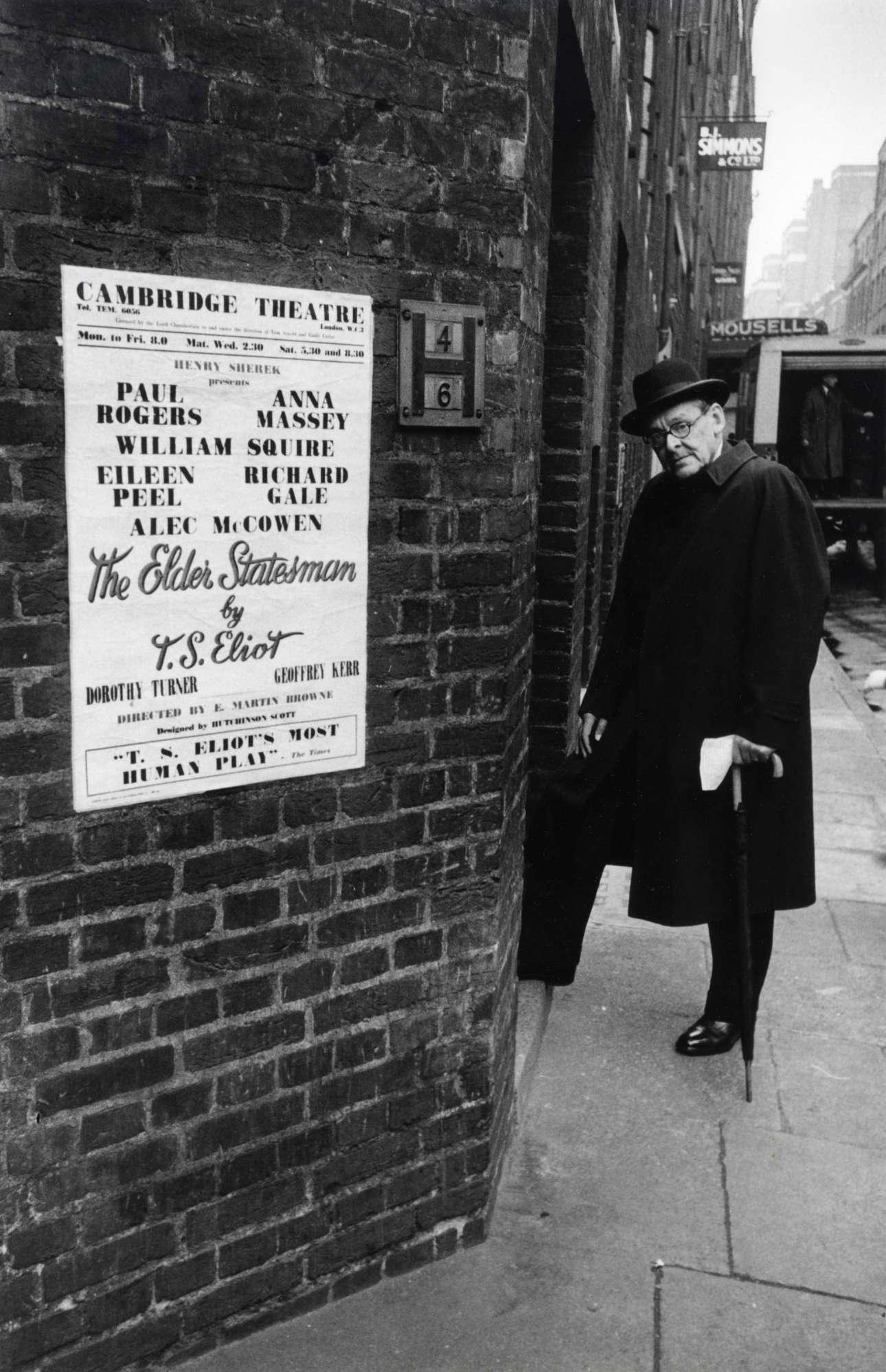 Ο ποιητής Τ.Σ. Ελιοτ έξω από το Θέατρο Κέιμπριτζ του Λονδίνου, όπου είχε ανέβει το έργο του «The Elder Statesman»