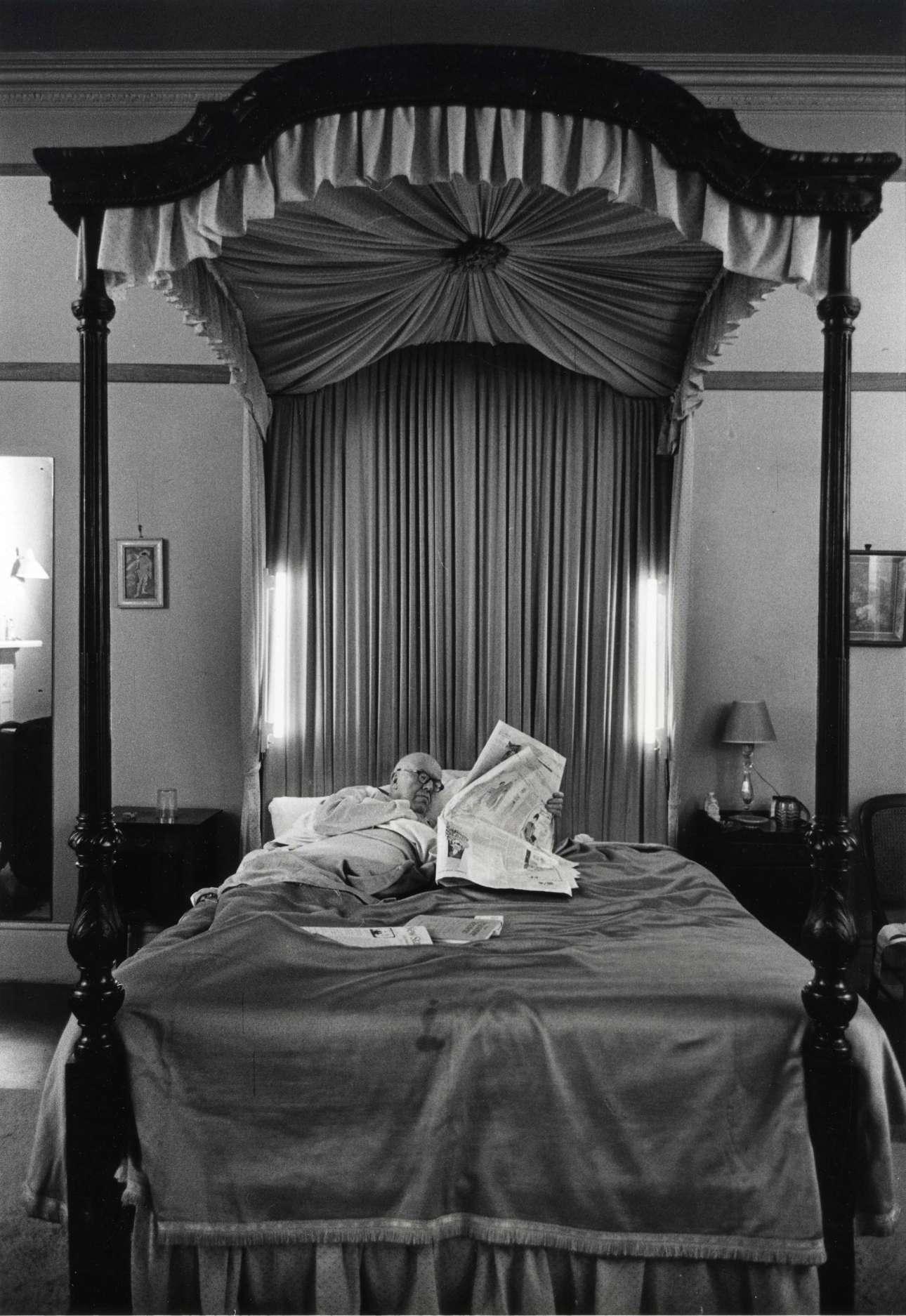 Ο βρετανός επιστήμονας και μυθιστοριογράφος Τσαρλς Πέρσι Σνόου ξαπλωμένος στο κρεβάτι του, στο σπίτι του στο Λονδίνο, το 1961