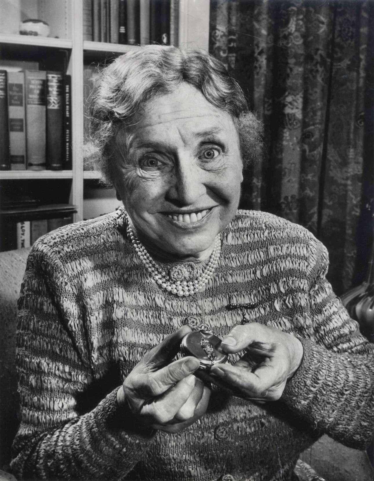 Η συγγραφέας Χέλεν Κέλερ χαμογελάει πλατιά στον φακό του Μπάροους