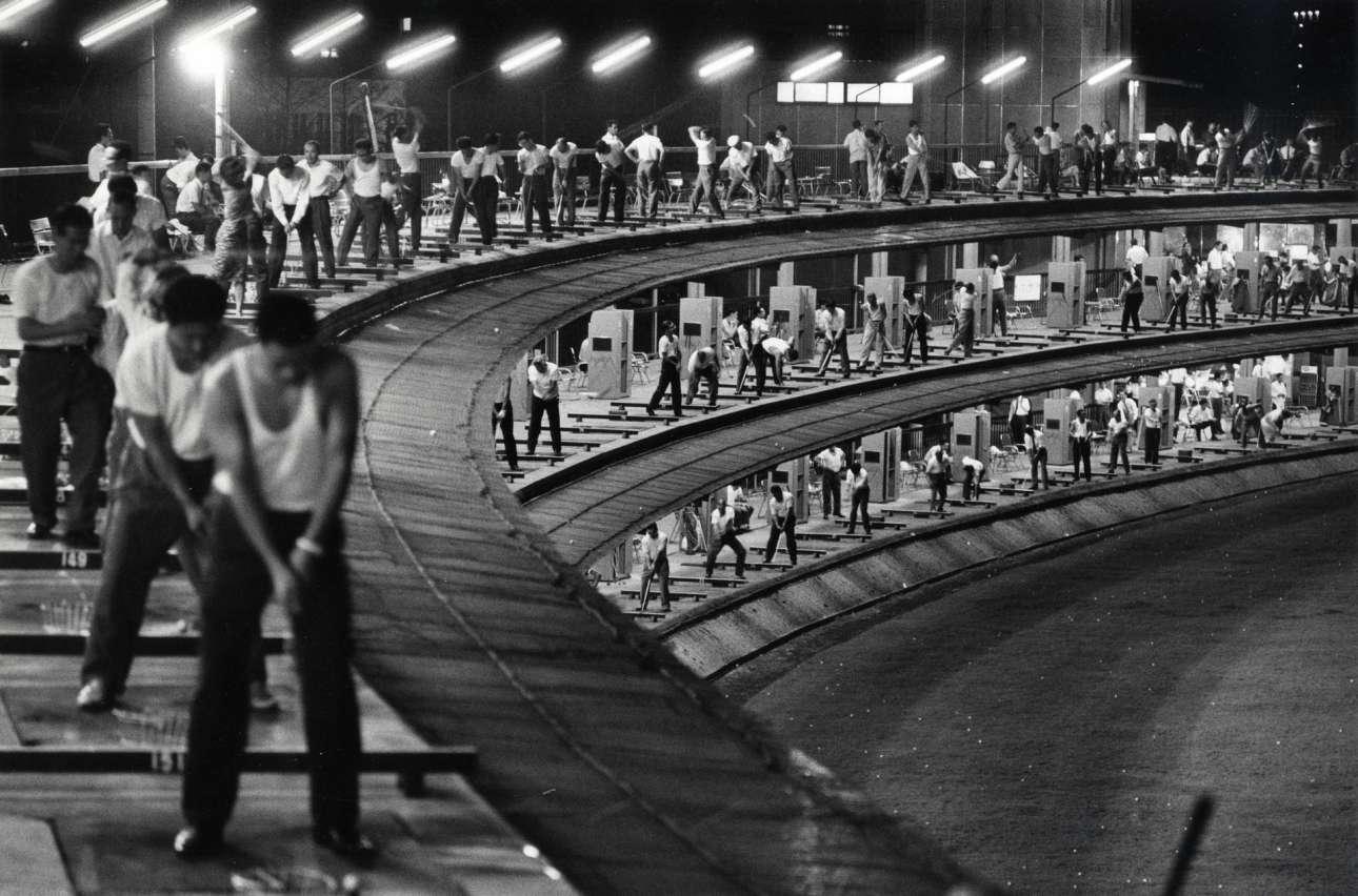 Χώρος εξάσκησης γκολφ στο Τόκιο, 1964. Το μάτι του βρετανού φωτογράφου εστίαζε πάντα στα παράξενα στιγμιότυπα της ζωής