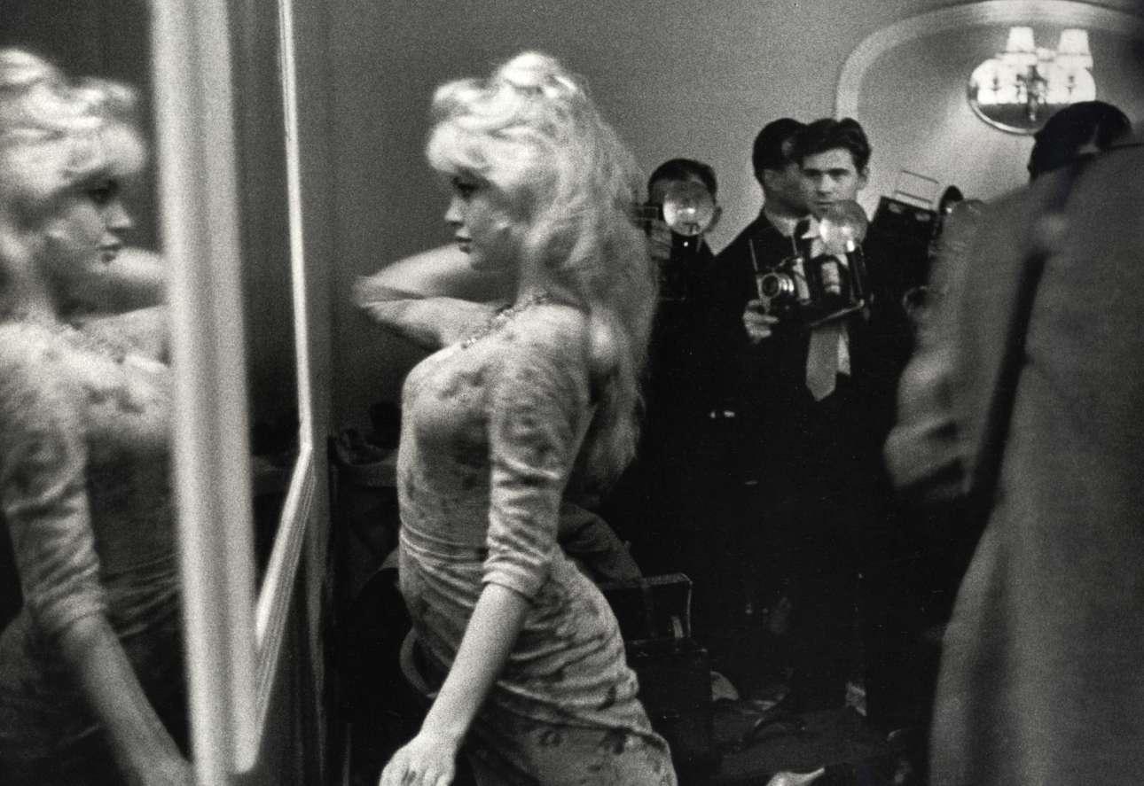 Η Μπριζίτ Μπαρντό κοιτάζεται στον καθρέφτη πριν από συνέντευξη Τύπου στο Λονδίνο, το 1959