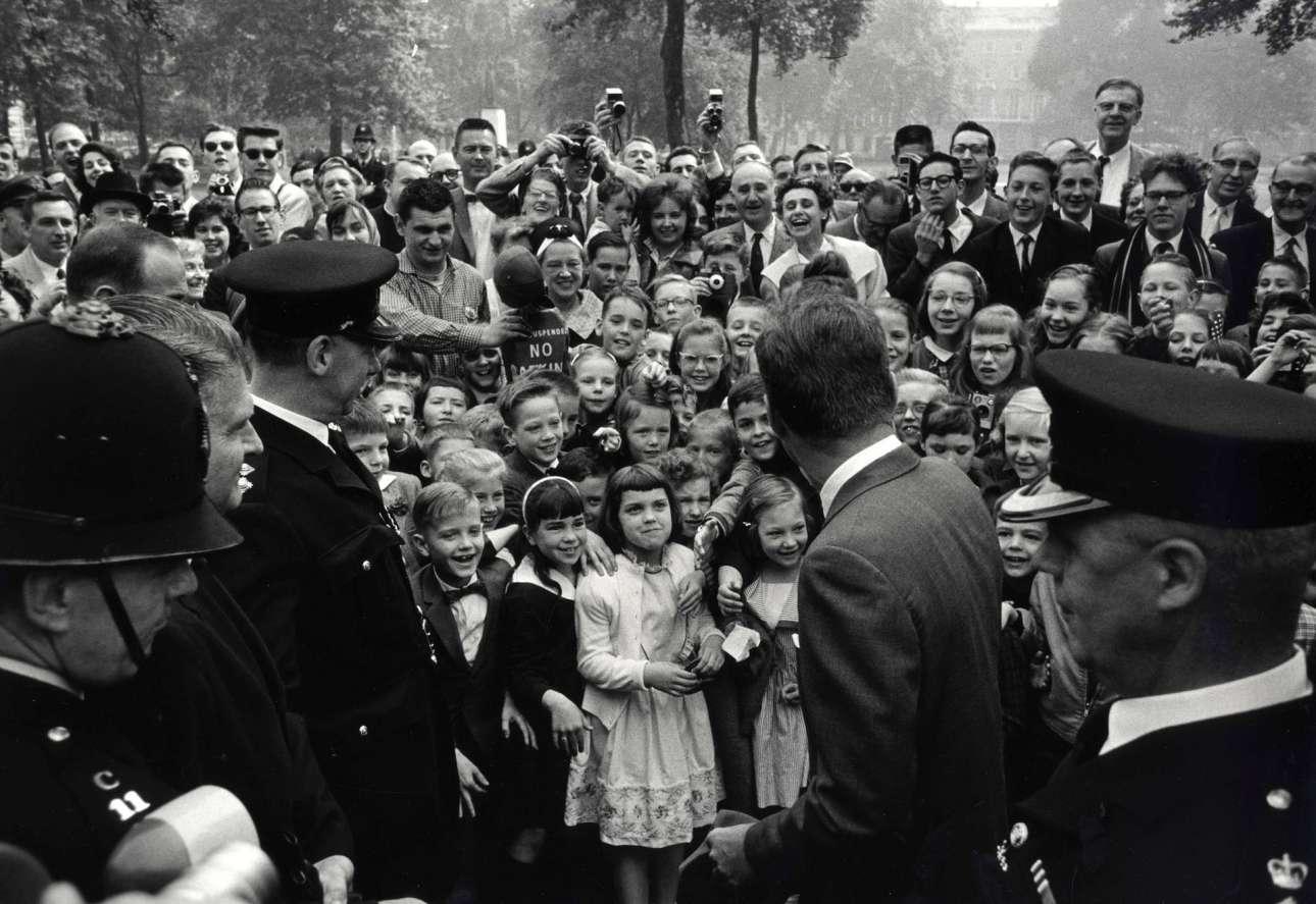 Ο Τζον Κένεντι σε επίσκεψη στο Λονδίνο, το 1961. Ο Μπάροους σχεδίαζε σχολαστικά την κάθε φωτογράφιση και πολλές φορές κουβαλούσε σκάλα μαζί του για να έχει καλύτερη γωνία λήψης ή ζητούσε επίμονα από συναδέλφους του να τον σηκώσουν, καθώς ήταν μικροκαμωμένος, στους ώμους τους