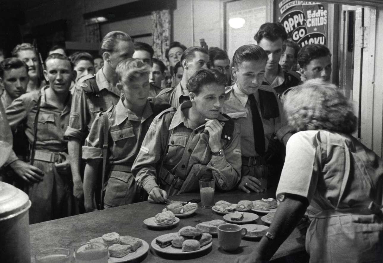 Βρετανοί στρατιώτες σε καντίνα στη διώρυγα του Σουέζ, το 1951. Αν και φημίζεται για τη δουλειά του στο Βιετνάμ, ο Μπάροους είχε ταξιδέψει σε διάφορες εμπόλεμες ζώνες