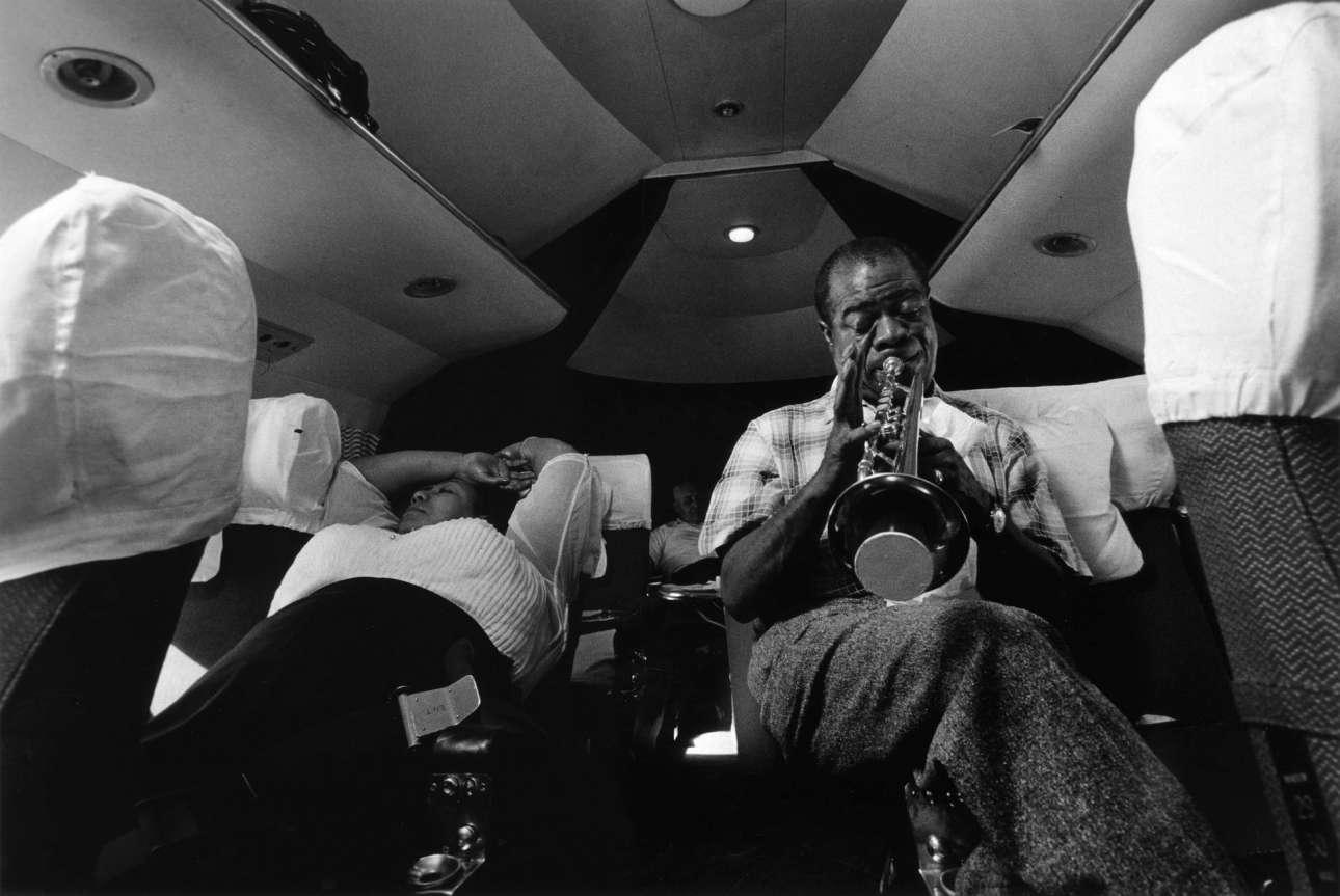 Ταξιδεύοντας από τη Νιγηρία προς τη Χρυσή Ακτή (μετέπειτα Γκάνα) το 1956, ο σπουδαίος Λούις Αρμστρονγκ δεν σταματάει να κάνει πρόβα ούτε στο αεροπλάνο