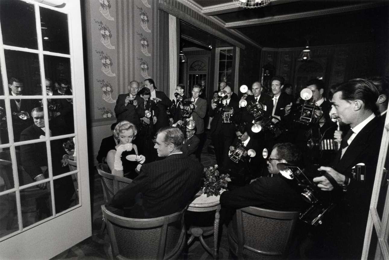 Η Μέριλιν Μονρόε με  (καθισμένους απέναντί της) τον Λόρενς Ολίβιε και τον Αρθουρ Μίλερ, σε συνέντευξη Τύπου, στο ξενοδοχείο Savoy του Λονδίνου, το 1956