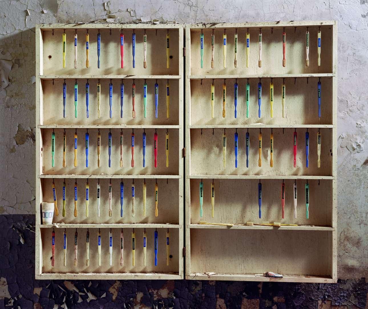 Οδοντοβούρτσες ασθενών κρεμασμένες στο Κρατικό Μουσείο του Ποταμού Χάντσον της Νέας Υόρκης, το 2005