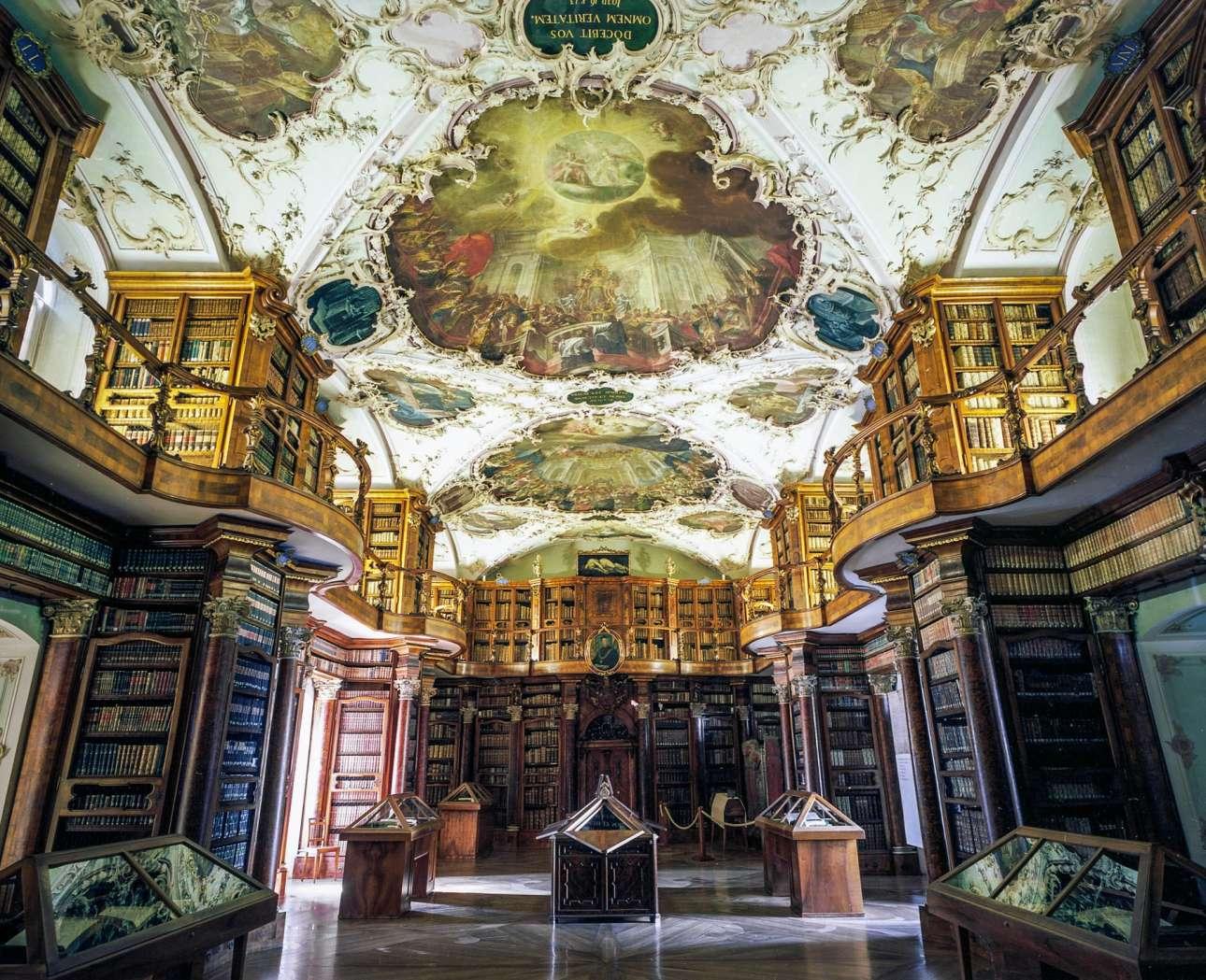 Η επιβλητική Βιβλιοθήκη του Αβαείου Σεν Γκάλεν στην Ελβετία με μπαρόκ διακόσμηση