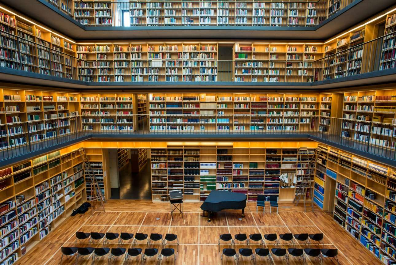 Συντηρεί βιβλία και υλικό από τον 9ο έως τον 21ο αιώνα και ενίοτε φιλοξενεί και βραδιές πιάνου