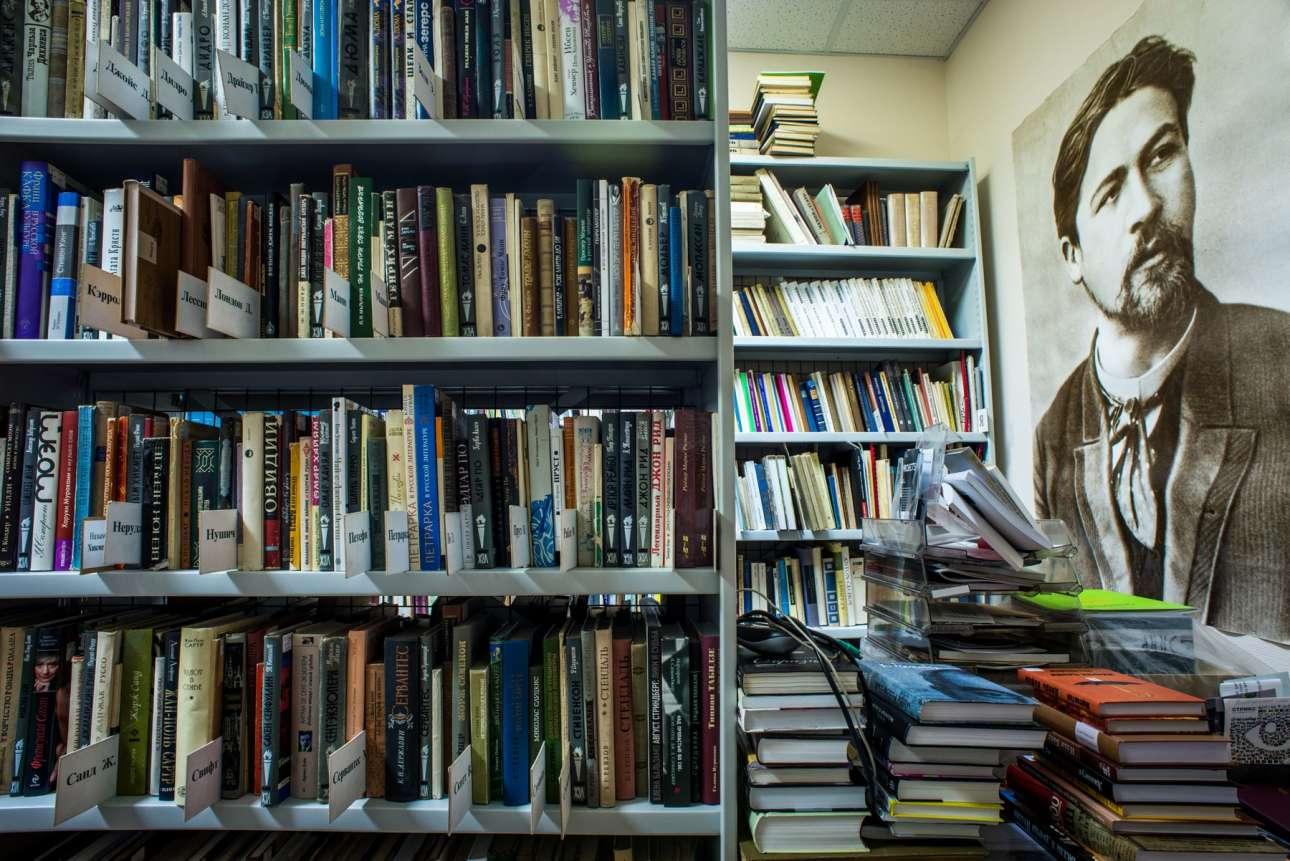 Η Βιβλιοθήκη Τσέχωφ στη Μόσχα έχει πάρει το όνομά της από τον σπουδαίο ρώσο συγγραφέα, του οποίου η φωτογραφία κοσμεί τον τοίχο (δεξιά)