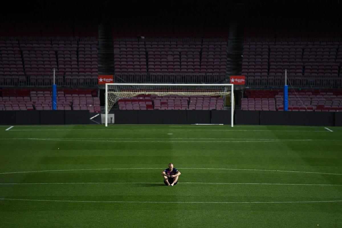 Δευτέρα, 21 Μαΐου, Βαρκελώνη. Ο Αντρές Ινιέστα κάθεται ξυπόλητος στο άδειο «Καμπ Νου» λίγες ώρες μετά τον τελευταίο του αγώνα με την Μπαρτσελόνα. Πλέον, ο σπουδαίος ισπανός μέσος θα αγωνίζεται στην Ιαπωνία