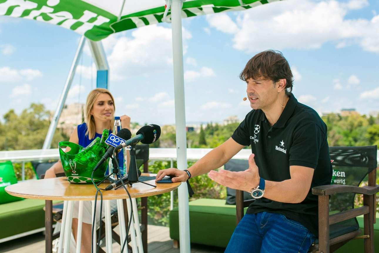 """Η Έλενα Παπαβασιλείου, παρουσιάστρια της εκδήλωσης """"City of Champions"""" by Heineken, με τον ποδοσφαιρικό αστέρα"""
