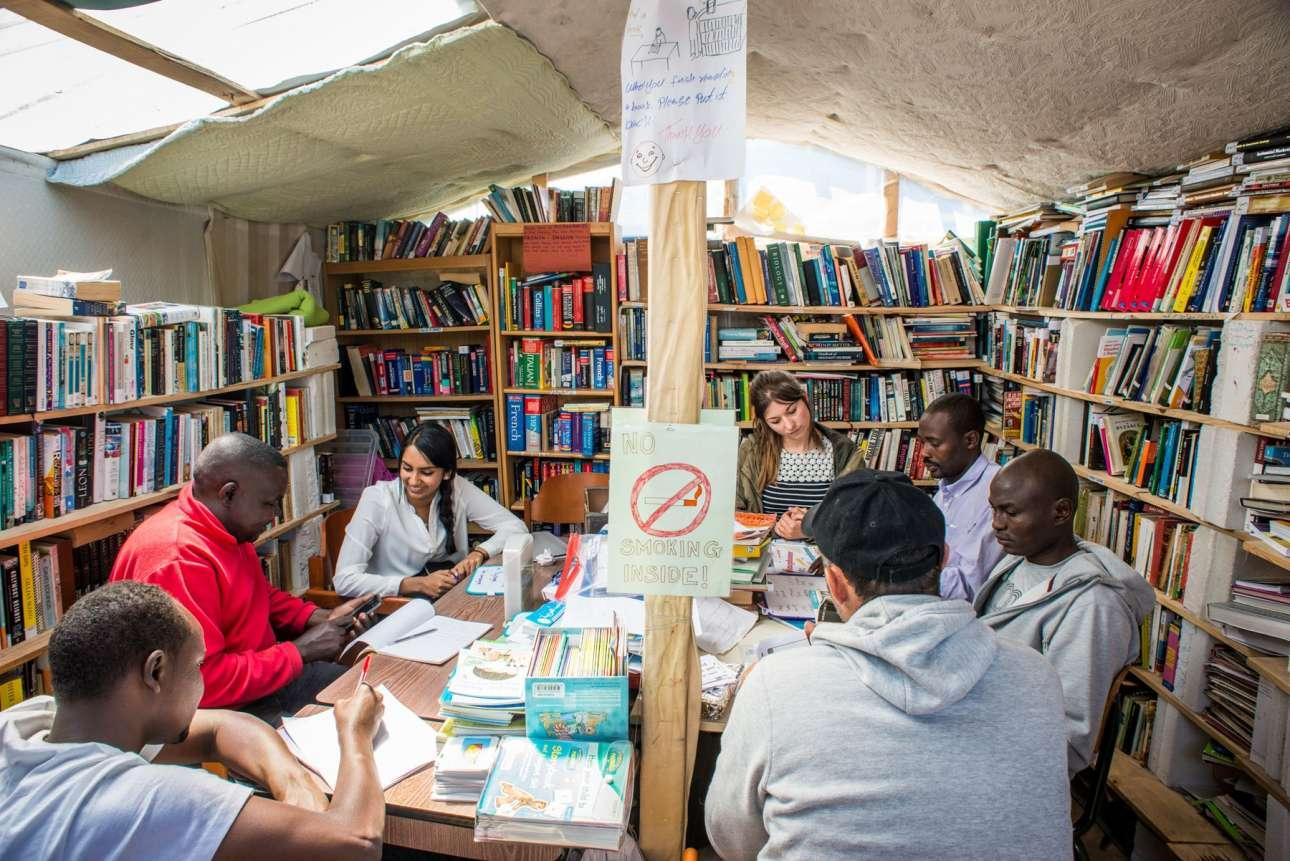 Στη βιβλιοθήκη του Καλέ εθελοντές παραδίδουν μαθήματα Αγγλικών στους πρόσφυγες. Ο αμερικανός φωτογράφος πιστεύει πως «οι βιβλιοθήκες είναι ιδιαίτερα χρήσιμες αυτή τη στιγμή, καθώς είναι ανοιχτές σε όλους. Είναι ένας τρόπος για να μιλήσουμε ο ένας στον άλλο. Είναι σύμβολα ελπίδας ανά τον κόσμο»