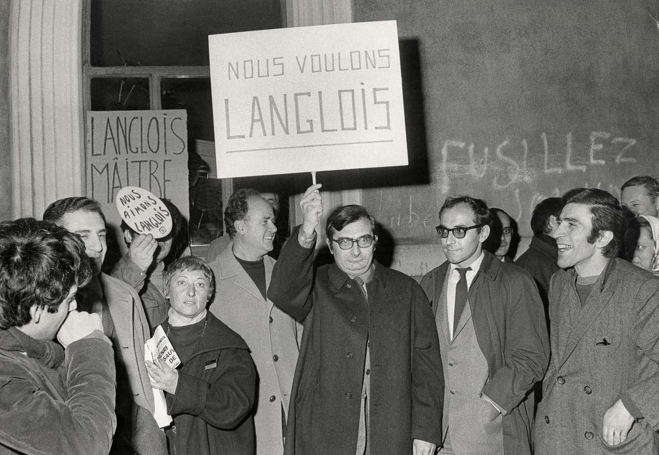 Manifestation de soutien à Henri Langlois rue d'Ulm, le 11 février 1968