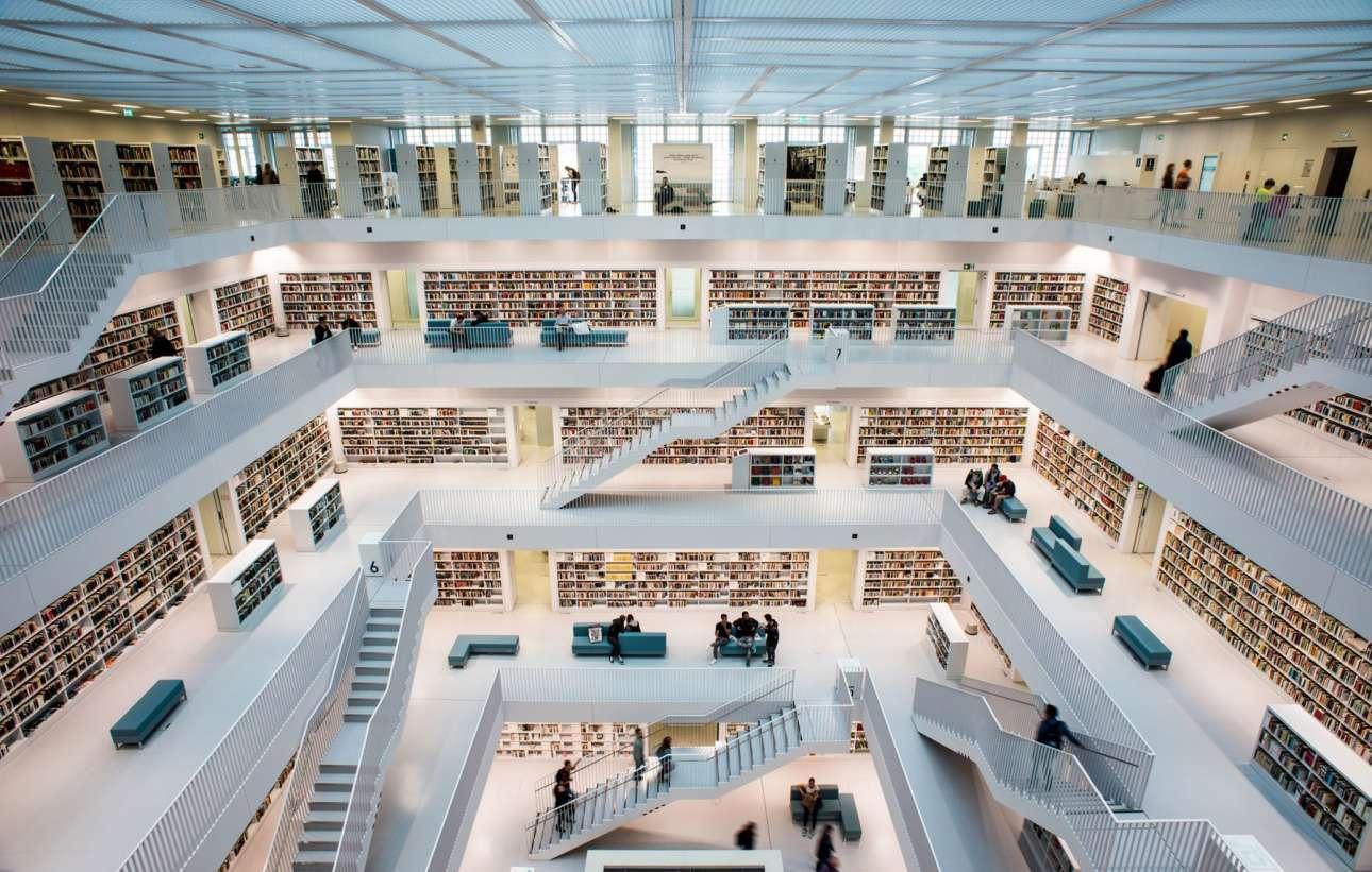 Η εκπληκτικά μοντέρνα Βιβλιοθήκη της Στουτγάρδης, η οποία ολοκληρώθηκε το 2011. Το εξωτερικό της κτίριο είναι ένας τέλειος λευκός κύβος