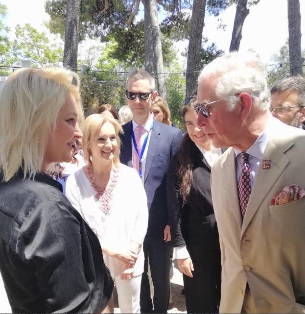 Ο Κάρολος συνομιλεί με τη δημοσιογράφο Κατερίνα Φρέντζου, η οποία του προσέφερε αντίγραφο κοσμήματος των Μελισσών των Μαλίων