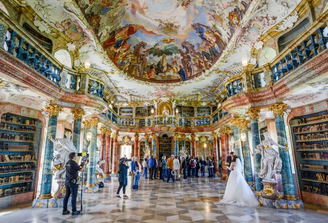 Ενα πρώην αβαείο των Βενεδικτίνων του 18ου αιώνα έχει μετατραπεί στην εντυπωσιακή Βιβλιοθήκη Wiblingen Abbey στο Ουλμ της Γερμανίας και όπως φαίνεται αποτελεί το ιδανικό σκηνικό για φωτογράφιση γάμου
