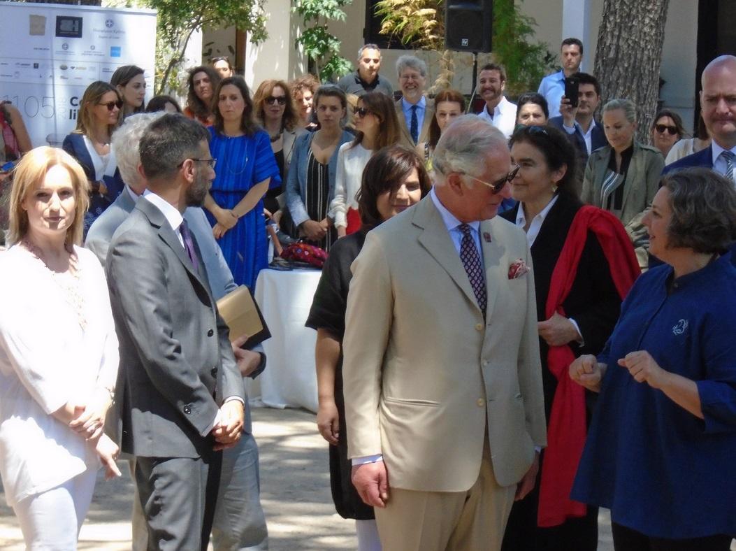 Ο Κάρολος συνομιλεί με προσκεκλημένους