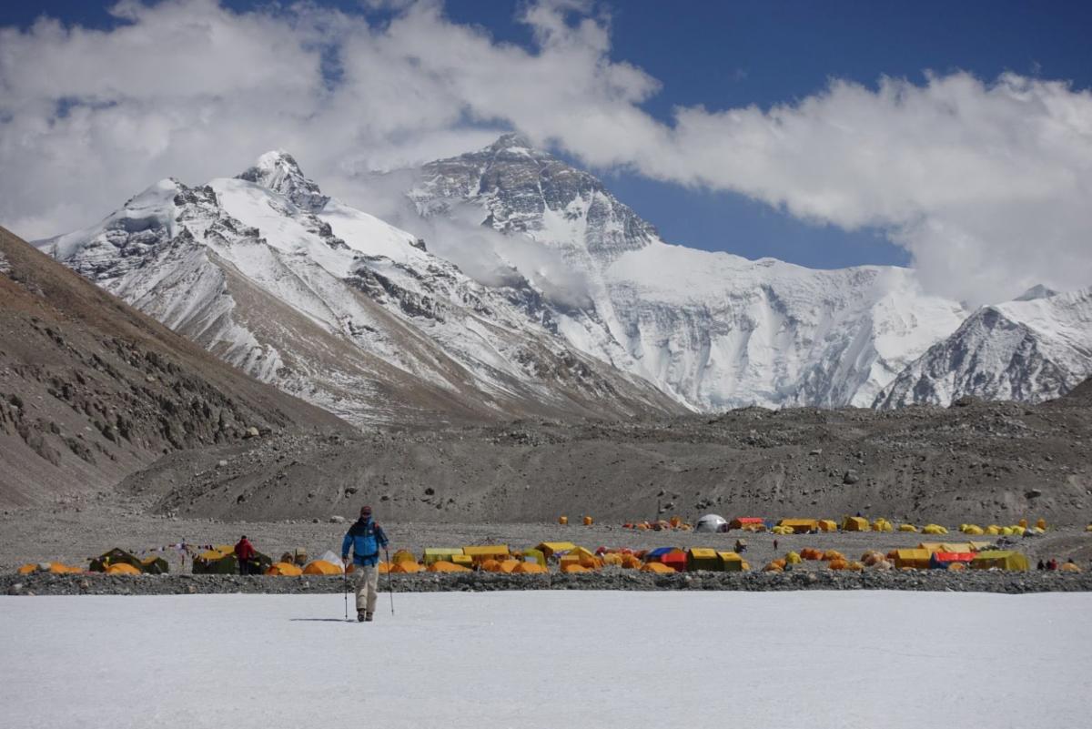 O εξερευνητής Λότον πεζοπορεί, κατευθυνόμενος προς το μεγαλειώδες βουνό