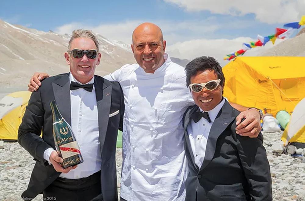Ο βραβευμένος με 2 αστέρια Μισελέν σεφ Sat Bains (κέντρο), ο οποίος επιμελήθηκε το μενού, σε παλαιότερη ανάβαση, του 2015