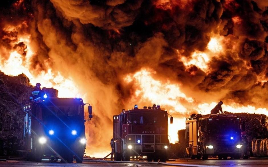 Σάββατο, 26 Μαΐου, Πολωνία. Διπλός εφιάλτης. Πυροσβεστικά οχήματα οδεύουν προς τον παράνομο χώρο υγειονομικής ταφής απορριμάτων στην Ζγκιες,  όπου νωρίτερα ξέσπασε μεγάλη φωτιά