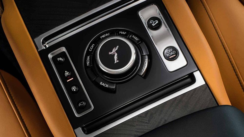 Οι λειτουργίες των διαφόρων συστημάτων και υποσυστημάτων του infotainment και του αυτοκινήτου είναι διαχειρίσιμες και μέσω του περιστροφικού επιλογέα στο τούνελ μετάδοσης - φέρει το έμβλημα της φίρμας, Spirit of Ecstasy