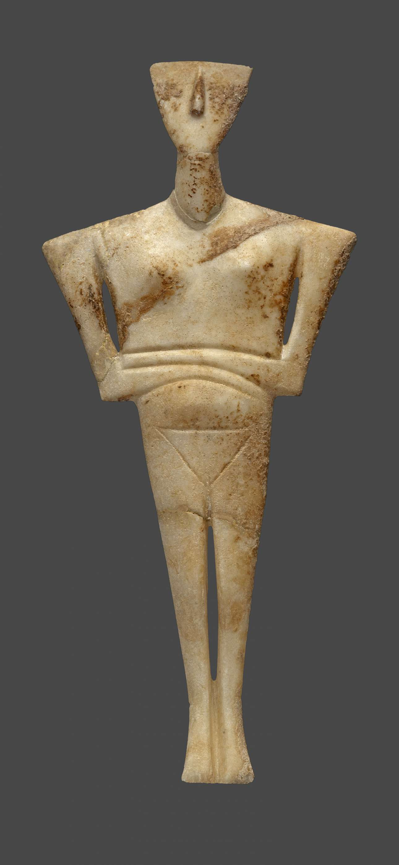 Μαρμάρινο ειδώλιο γυναικείας μορφής (παραλλαγή Δωκαθισμάτων), από το νεκροταφείο Χαλανδριανής Σύρου (2700-2300 π.Χ.). © (ΕΑΜ/ΤΑΠ. Φωτ. Σ. Μαυρομμάτης)