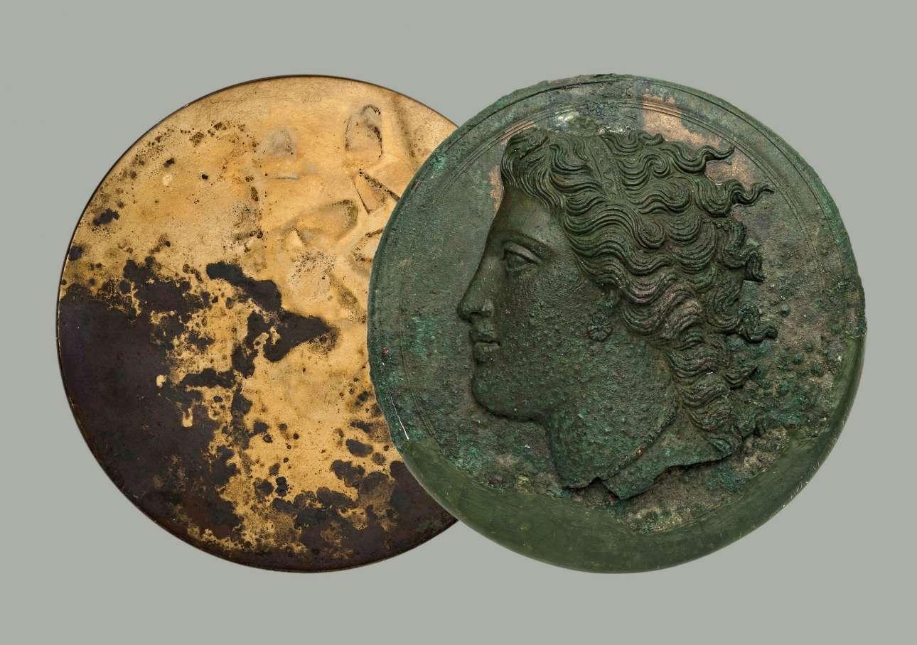 Χάλκινο πτυκτό κάτοπτρο από την Κόρινθο (330-320 π.Χ.) (© ΕΑΜ/ΤΑΠ. Φωτ. Σ. Μαυρομμάτης)