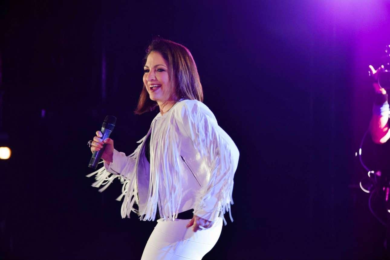 Γκλόρια Εστέφαν. Η Αμερικανίδα πλέον τραγουδίστρια πήγε στις ΗΠΑ ως πρόσφυγας από την Κούβα, λόγω του καθεστώτος του Φιντέλ Κάστρο. Η ίδια και η οικογένειά της εγκαταστάθηκαν στο Μαϊάμι