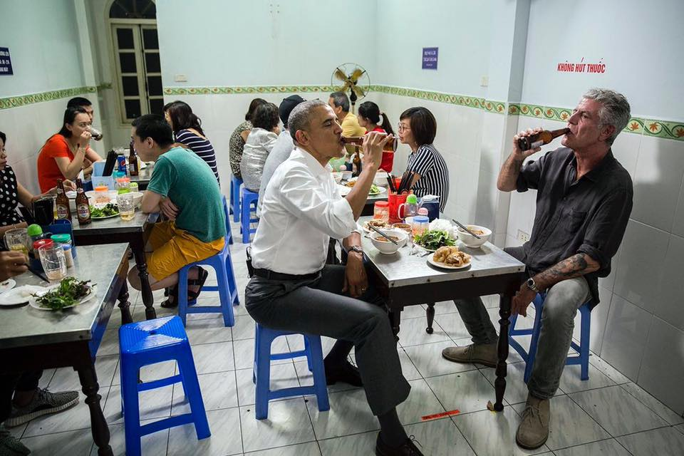 Πίνοντας μπύρες με τον Μπαράκ Ομπάμα στο Ανόι τον Μάιο του 2016. Ο 44ος πρόεδρος των ΗΠΑ πραγματοποιούσε ιστορική επίσημη επίσκεψη στο Βιετνάμ εκείνη την περίοδο