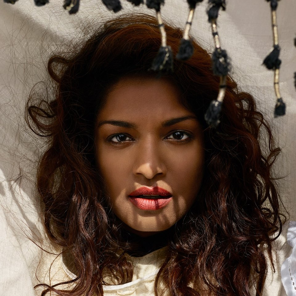 M.I.A. Η Βρετανή ράπερ και μουσικός γεννήθηκε με το όνομα Mathangi «Maya» Arulpragasam στη -μαστιζόμενη από εμφύλιο- Σρι Λάνκα και αναγκάστηκε να διαφύγει με την οικογένειά της στο Λονδίνο, ζητώντας πολιτικό άσυλο