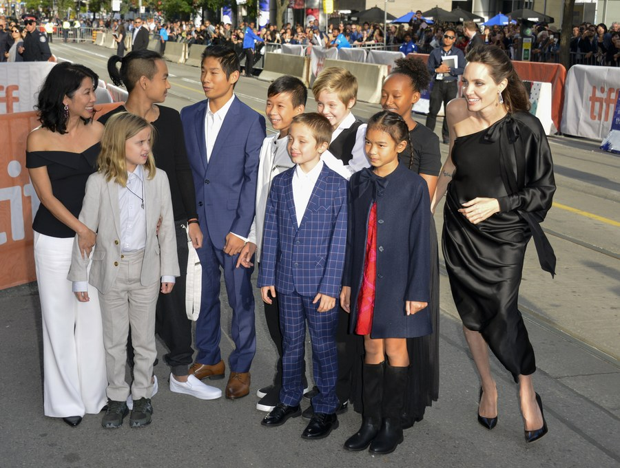 epa06199035 US director Angelina Jolie (R) tries to organize her six children and some friends as they arrive for the screening of the movie 'First They Killed My Father' during the 42nd annual Toronto International Film Festival (TIFF) in Toronto, Canada, 11 September 2017. The festival runs until 17 September. EPA/WARREN TODA