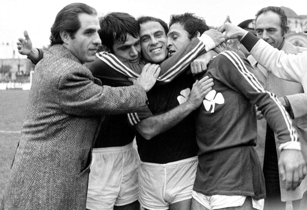 1976, ΑΕΚ - Παναθηναϊκός 0-2. Στιγμές ευφορίας για τον Παύλο Γιαννακόπουλο (αριστερά) με Δομάζο και Ελευθεράκη (δεύτερο και πρώτο από δεξιά αντίστοιχα) φωτό: INTIMEnews