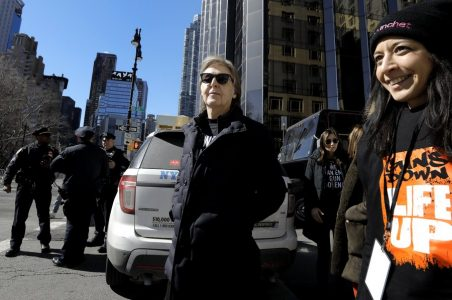 epa06627651 British Musician Sir Paul McCartney (C) attends the March For Our Lives anti-gun protest in New York, New York,  USA, 24 March 2018.   March For Our Lives was organized in response to the 14 February shooting at Marjory Stoneman Douglas High School in Parkland, Florida. The student activists demand that their lives and safety become a priority, and an end to gun violence and mass shootings in schools.  EPA/PETER FOLEY