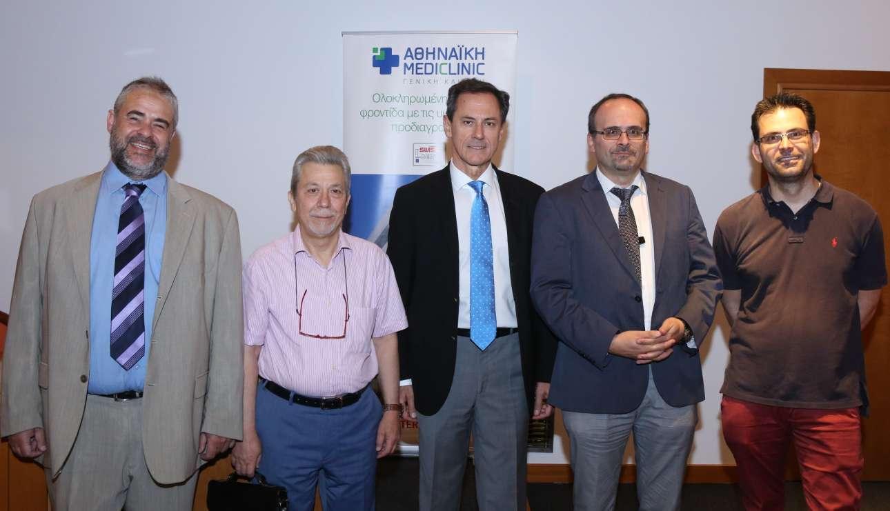 Ο Αντώνης Γερονικολάου, διευθύνων σύμβουλος της ΑΘΗΝΑΪΚΗΣ MEDICLINIC, με τους ομιλητές ιατρούς (από αριστερά) Κυριάκο Κυριακόπουλο, γενικό οικογενειακό ιατρό, Νικόλαο Σαλαμέτη, γαστρεντερολόγο, διευθυντή Ενδοσκοπικού Τμήματος της κλινικής, Κωνσταντίνο Χαλκιά, ειδικό παθολόγο, διευθυντή Παθολογικού Τμήματος και πρόεδρο της Επιτροπής Λοιμώξεων της κλινικής και Βασίλη Τζίλα, πνευμονολόγο