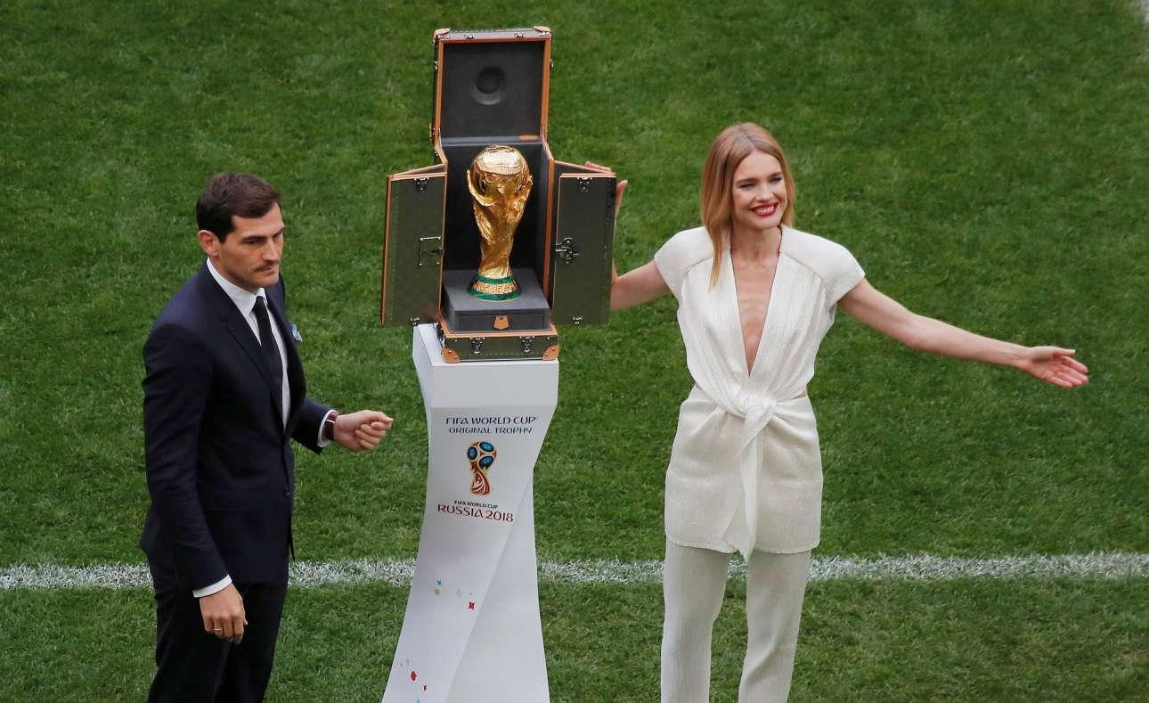 Ο παλαίμαχος ισπανός ποδοσφαιριστής Ικερ Κασίγιας και το μοντέλο Νατάλια Βοντιάνοβα παρουσιάζουν το Κύπελλο στους θεατές πριν από τη σέντρα