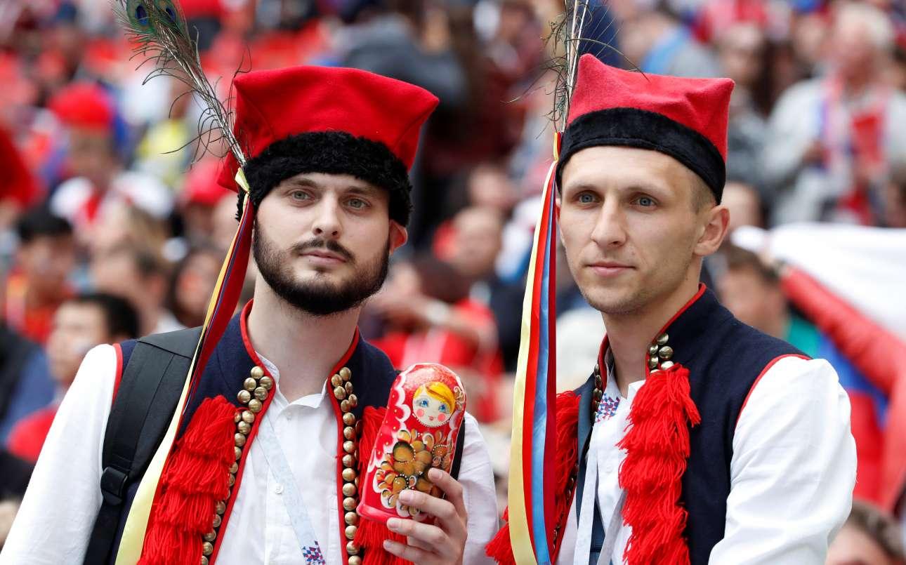 Ρωσικές παραδοσιακές ενδυμασίες και μπάμπουσκες τονίζουν το τοπικό χρώμα της παγκόσμιας ποδοσφαιρικής γιορτής