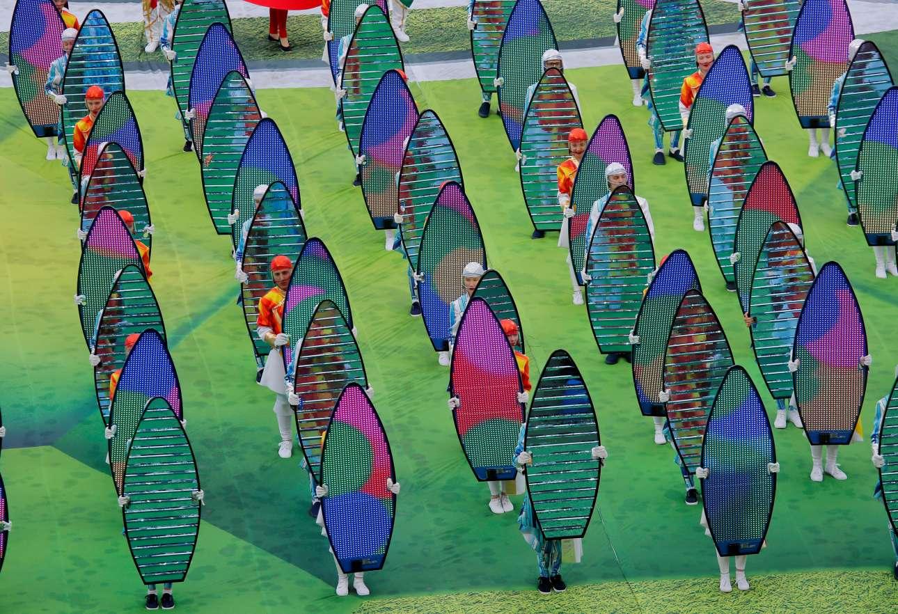 Συστοιχία χορευτών, σε πολύχρωμο ενσταντανέ, από την τελετή έναρξης