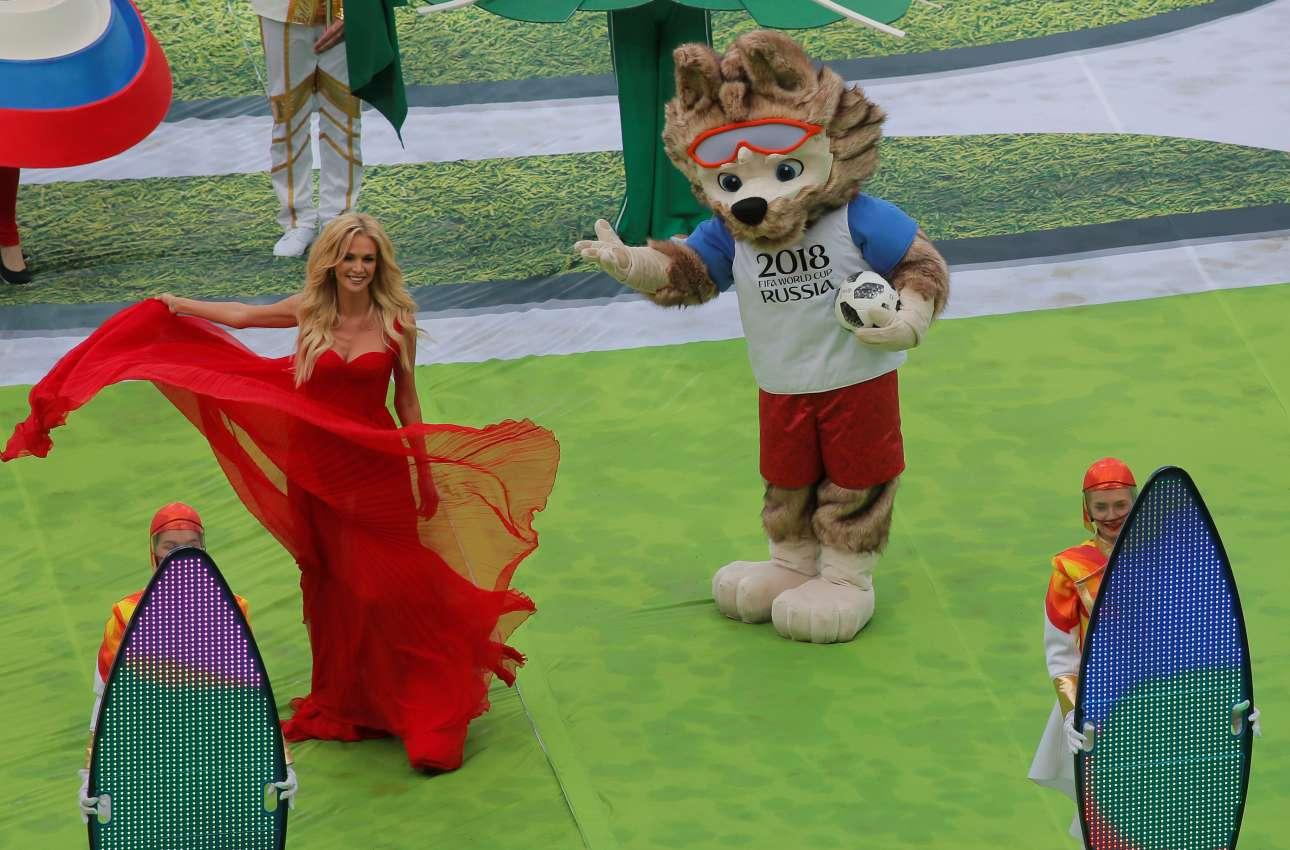 Η Zαμπιβάκα, ο λύκος-μασκότ της διοργάνωσης, δείχνει χαριτωμένος και αβρός - και σαν να έχει λησμονήσει την παρεξήγηση με την Κοκκινοσκουφίτσα