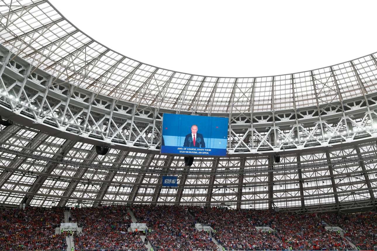 Στη μεγάλη οθόνη του γηπέδου ο ρώσος πρόεδρος ενώ απευθύνει τον καθιερωμένο χαιρετισμό κατά την έναρξη του Παγκοσμίου Κυπέλλου Ποδοσφαίρου