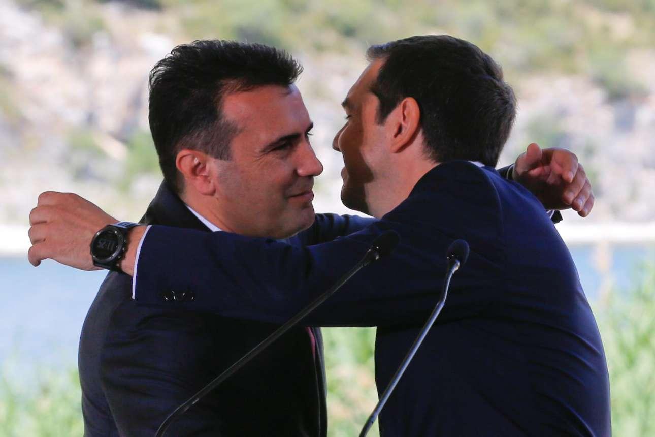 Ο Αλέξης Τσίπρας και ο Ζόραν Ζάεφ σε θερμό εναγκαλισμό...